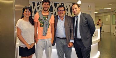 Dídac Vilà junto a la doctora del Eibar, Dra. Ostaiska Egia Lekunberri, y dos representantes del AC Milán