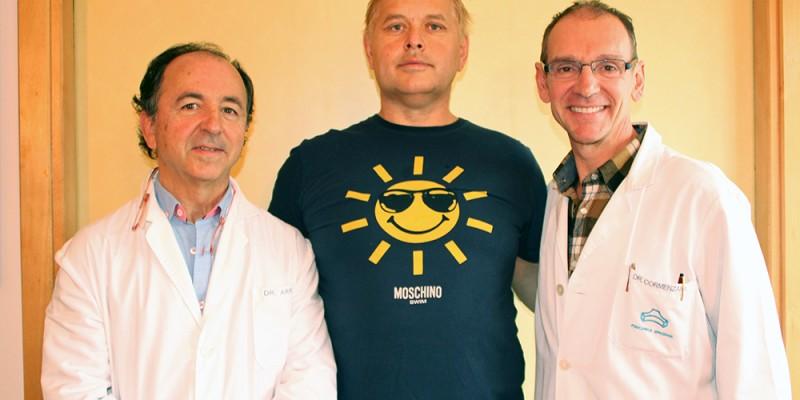 El cirujano maxilofacial José Antonio Arruti y el cirujano plástico Pedro Cormenzana junto al ciudadano ruso Valery Onya