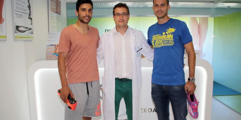 Eneko Bóveda y Manu del Moral, del S.D. Eibar, junto al podólogo Javier Alfaro en la Unidad del Pie de Policlínica Gipuzkoa y Podoactiva.