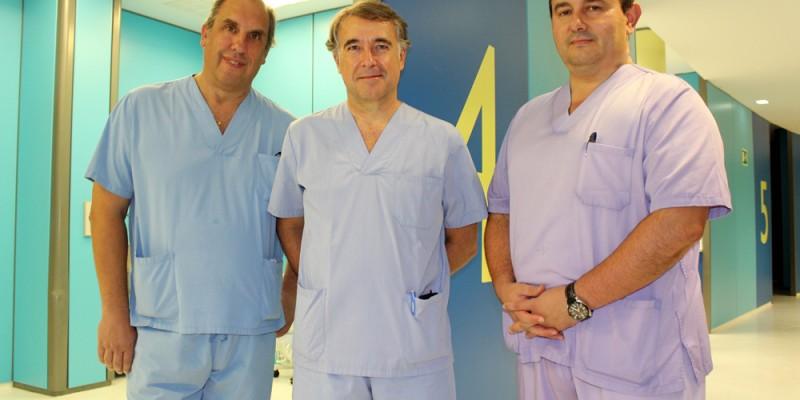 Los cirujanos digestivos Javier Murgoitio, José María Enríquez y José Luis Elósequi en los quirófanos de Policlínica Gipuzkoa