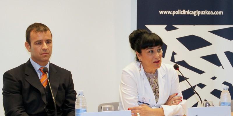 El Dr. Alberto Marqués, traumatólogo, y la Dra. Arantza, Directa Médico de Policlínica Gipuzkoa, durante la rueda de prensa