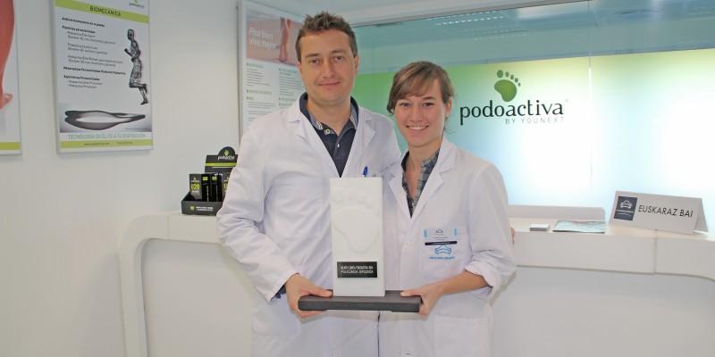 Javier Alfaro y Carmen Fenández, podólogos de la Unidad del Pie de Policlínica Gipuzkoa, con el el premio a la mejor clínica de España en el IV Congreso Nacional de Podoactiva