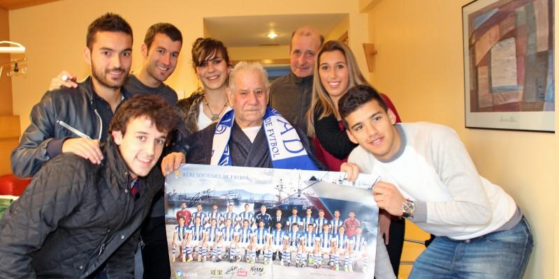 Los jugadores de la Real Sociedad visitaron a los pacientes ingresados en Policlínica Gipuzkoa para felicitarles la Navidad
