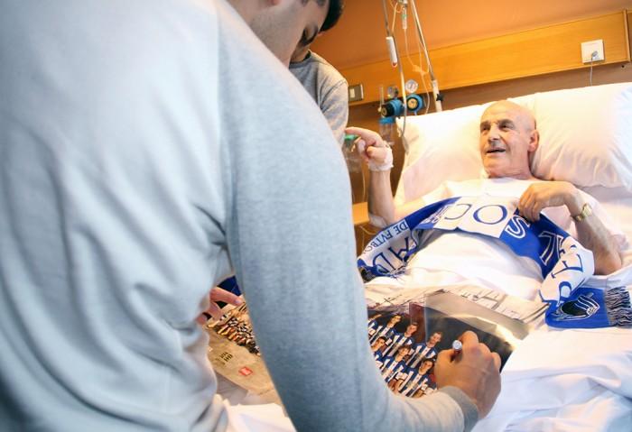 Los jugadores de la Real Sociedad visitan a los pacientes ingresados en Policlínica Gipuzkoa