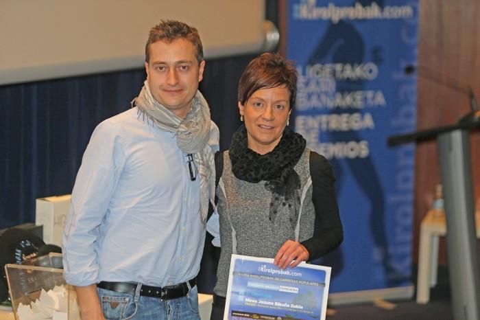 Javier Alfaro, podólogo que dirige la Unidad del Pie de Policlínica Gipuzkoa, entrega los premios