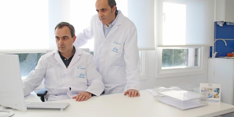 Los urólogos Gregorio Garmendia y Josean Rodríguez en su consulta de la 3ª Planta de Policlínica Gipuzkoa