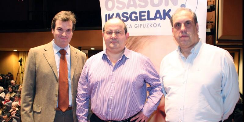 De izquierda a derecha los Dres: Juan Ignacio Arenas, especialista en Aparato Digestivo, José Luis Elósegui y Javier Murgoitio, Cirujanos Generales, en el Aula de Salud de Policlínica Gipuzkoa