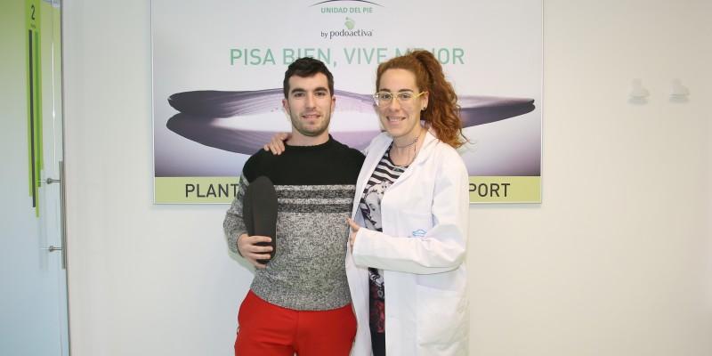 Jokin Arbe posa junto a Leire Arejita en la Unidad del Pie de Policlínica Gipuzkoa donde ha recogido sus Plantillas Podoactiva Elite Sport.