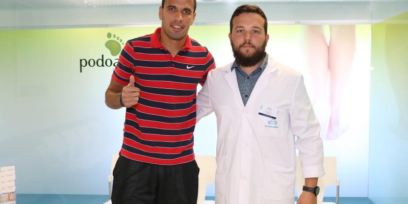 Antonio Martínez, podólogo de Podoactiva, junto a Jonathas en su visita a Policlínica Gipuzkoa.