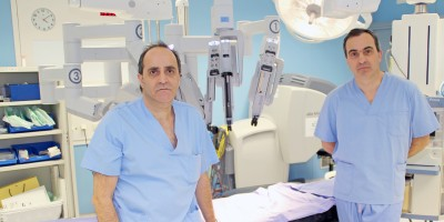 Los urólogos Josean Rodríguez y Gregorio Garmendia, junto al Robot Quirúrgico Da Vinci en Policlínica Gipuzkoa