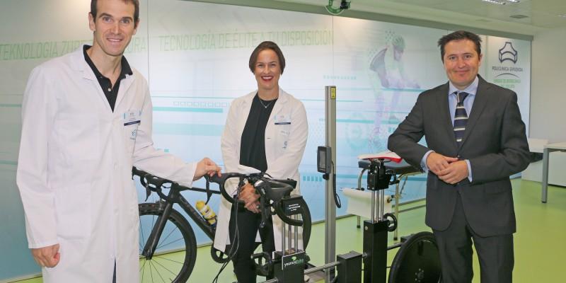 Garikoitz Etxebeste, fisioterapeuta Responsable de la Unidad, Dra. Sonia Roussel, Directora Asistencial de Policlínica Gipuzkoa, y Victor Alfaro, Director General de Podoactiva.