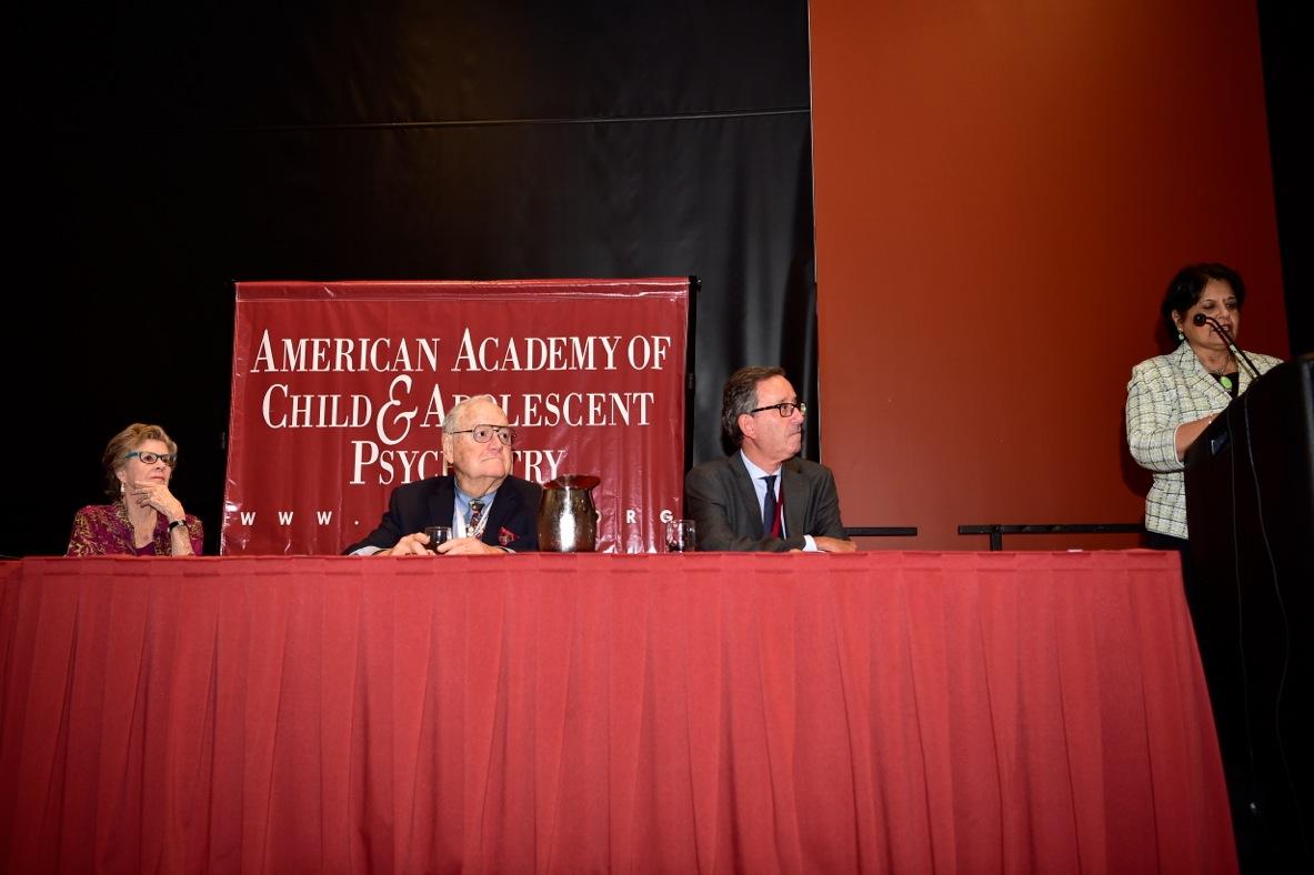La Presidenta de la Academia Dra. Joshi, presentando al Dr. Fuentes, y a su lado el antiguo Presidente, Dr. Stone y su esposa. Imagen tomada por el Dr. Fred Seligman, fotógrafo oficial de los Congresos Norteamericanos.