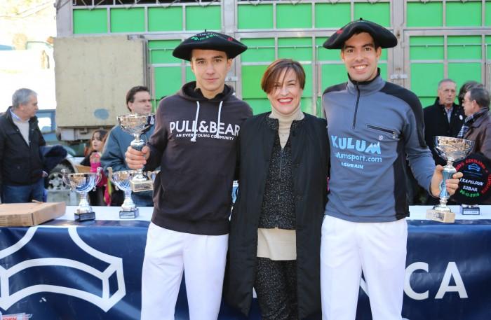 Hodei Ezpeleta y Eloy Kortxero, campeones juveniles en el IV Torneo Policlínica Gipuzkoa de Aizkolaris de San Andrés.