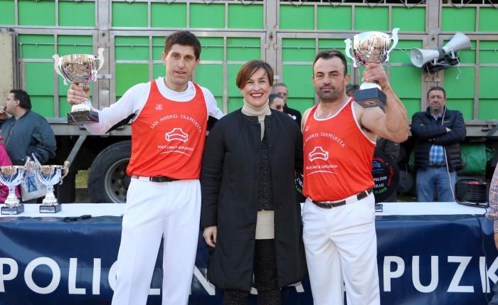 Mujika y Fermín, terceros en el IV Torneo Policlínica Gipuzkoa de Aizkolaris de San Andrés