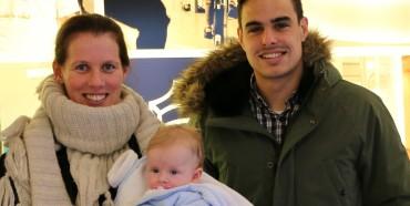 Lydia Meurant con su hija Lea Imaz, que venían a una revisión, y que posaron felices con los jugadores de la SD Eibar