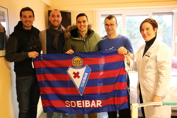 Aitor Zabaleta con los jugadores de la SD Eibar y la Directora Asistencial de Policlínica Gipuzkoa, Sonia Roussel.