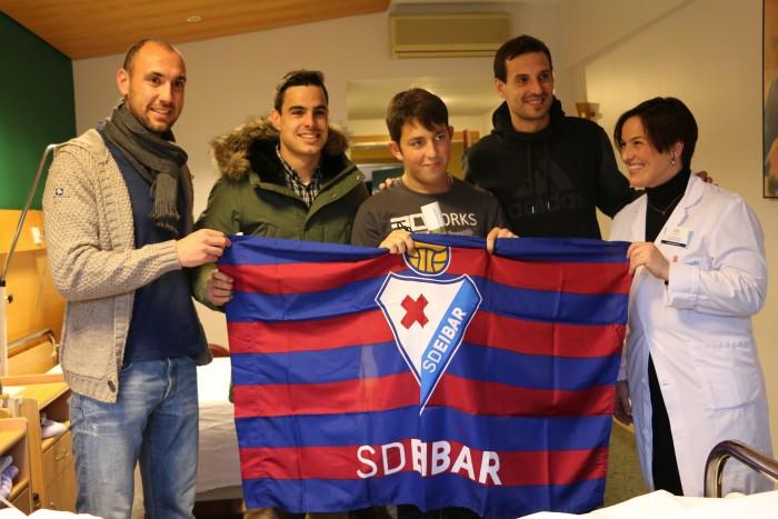 Ricardo Pitarch posa feliz con Ivan Ramis, Dani García, Mikel Arruabarrena y con la Directora Asistencial de Policlínica Gipuzkoa, Sonia Roussel.