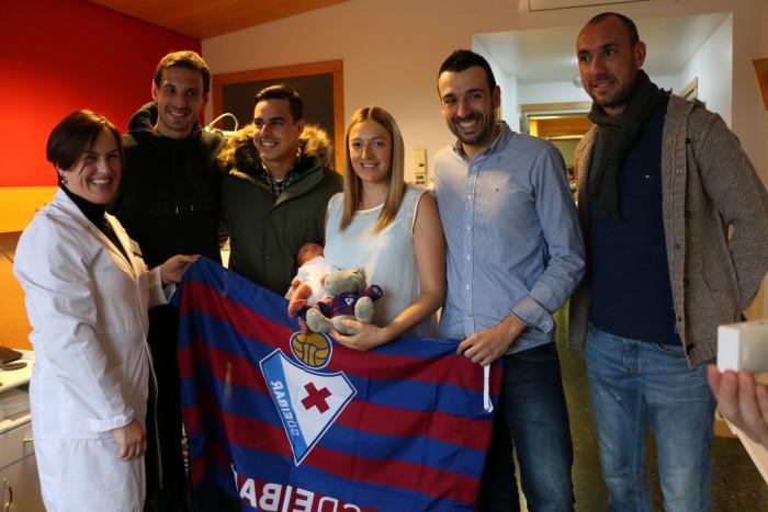 Yosu Idiakez y Judit Zabala posan junto a los jugadores de la SD Eibar con su hijo recién nacido Ibai Idiakez.