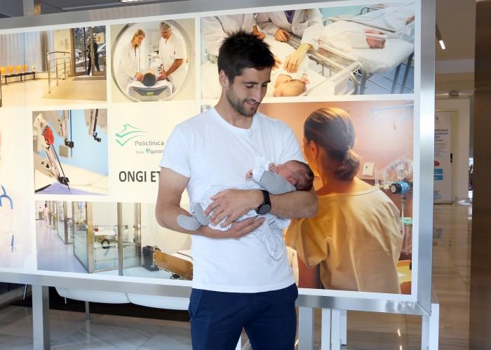 Markel Bergara feliz aita, tras el nacimiento de su primera hija, Nere