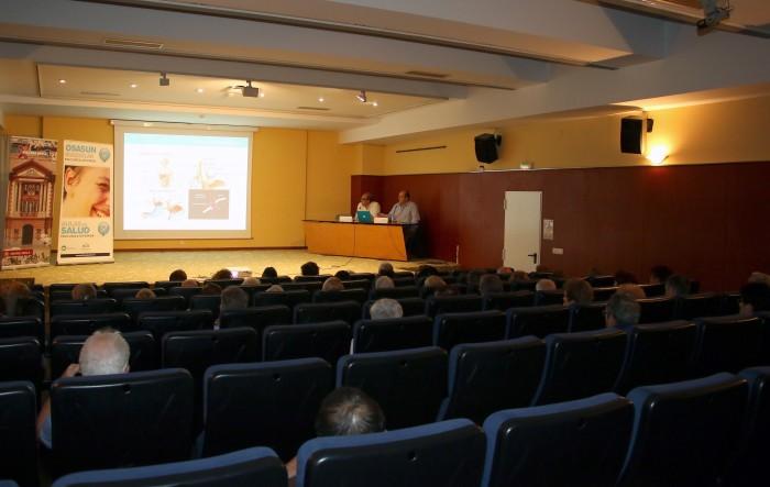 Más de 50 personas acudieron al Aula de Salud impartida por los cirujanos generales y del aparato digestivo de Policlínica Gipuzkoa en Eibar, Javier Murgoitio y José Luis Elósegui, sobre el reflujo y el ardor de estómago.