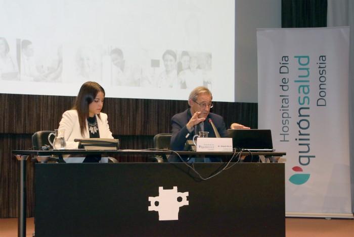 El Dr. Miguel Marín durante el coloquio respondiendo las dudas de los asistentes.