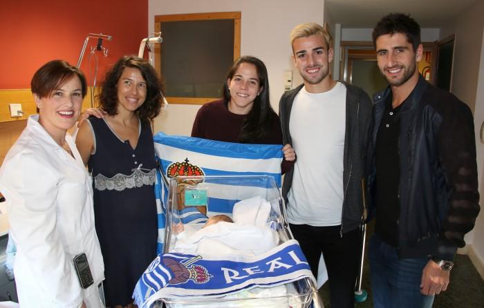 Visita de la Real Sociedad a un recien nacido y su madre.