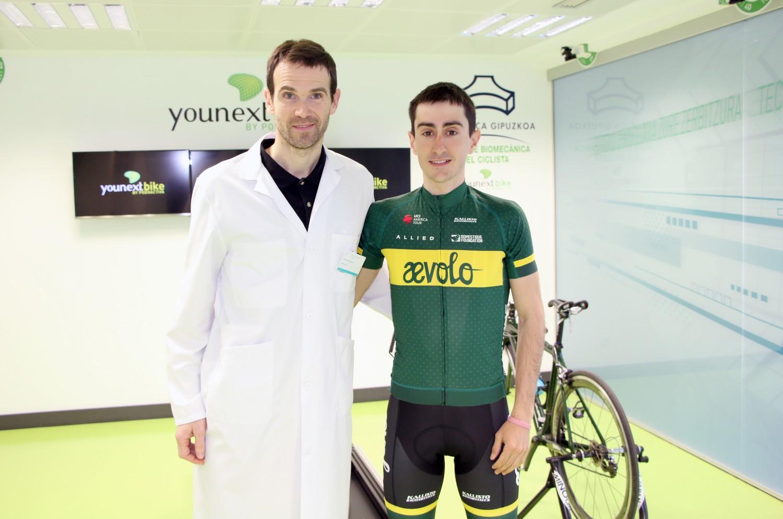 Jokin Etxabe junto a Garikoitz Etxebeste, fisioterapeuta y responsable de la Unidad de Biomecánica del Ciclista.