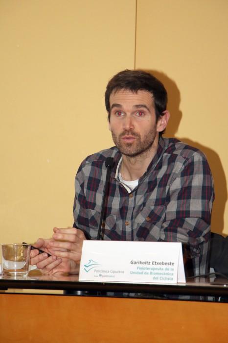 Garikoitz Etxebeste en su exposición en el Aula de Salud de Eibar.