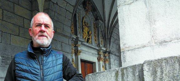 El historiador Peio Arrieta, en la parroquia de Elgoibar que tan bien conoce. / AITOR ZABALA
