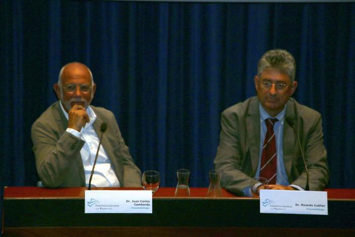 Los traumatólogos Juan Carlos Carmborda y Ricardo Cuéllar respodieron a todas las dudas de los asistentes durante el coloquio.