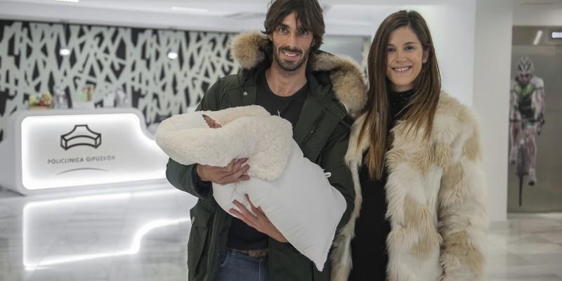 Carlos Martínez y Lydia Irizar felices con su segunda hija Mara, nacida en Policlínica Gipuzkoa