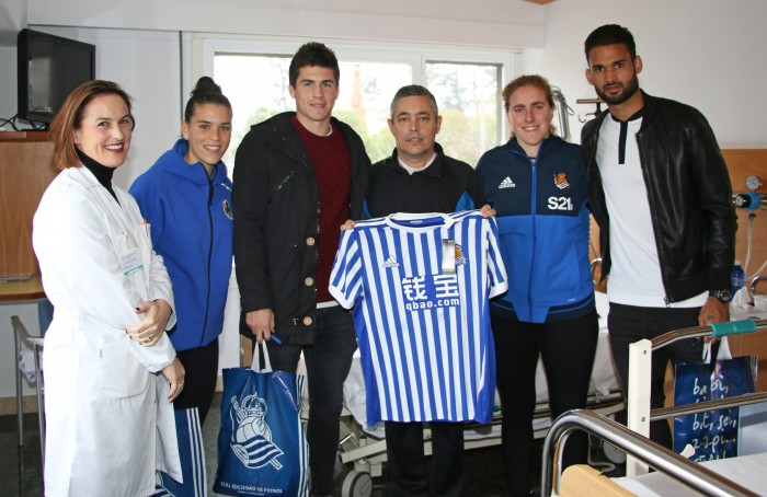 Los jugadores de la Real Sociedad visitan a los pacientes de Policlínica Gipuzkoa