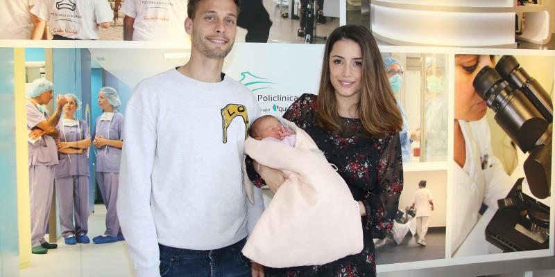 Sergio Canales y Cristina Llorens felices con su primera hija India en Policlínica Gipuzkoa